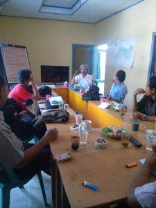 Bonar Saragih dari INSIST Yogyakarta memfasilitasi persiapan Sosialisasi di Desa Ngujung Kec. Temayang