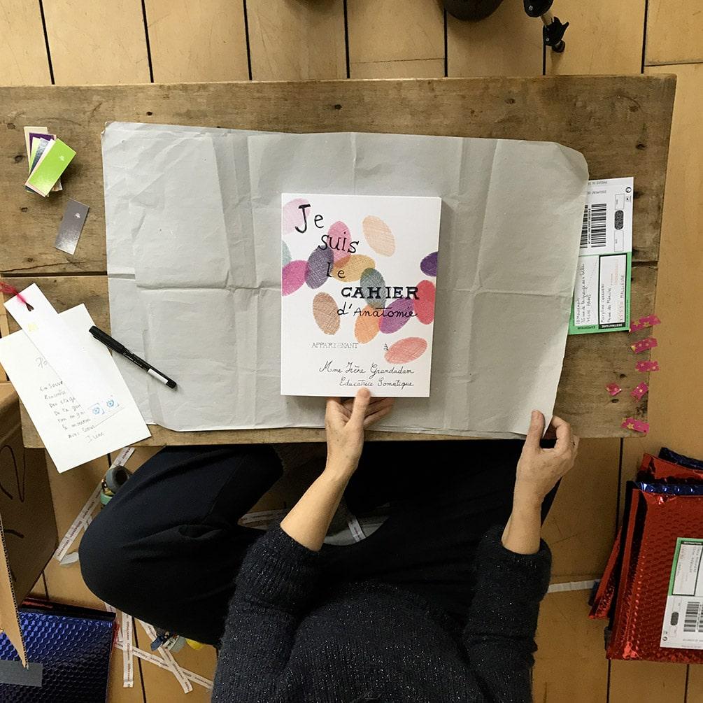 Emballer le beau livre d'anatomie pour le protéger