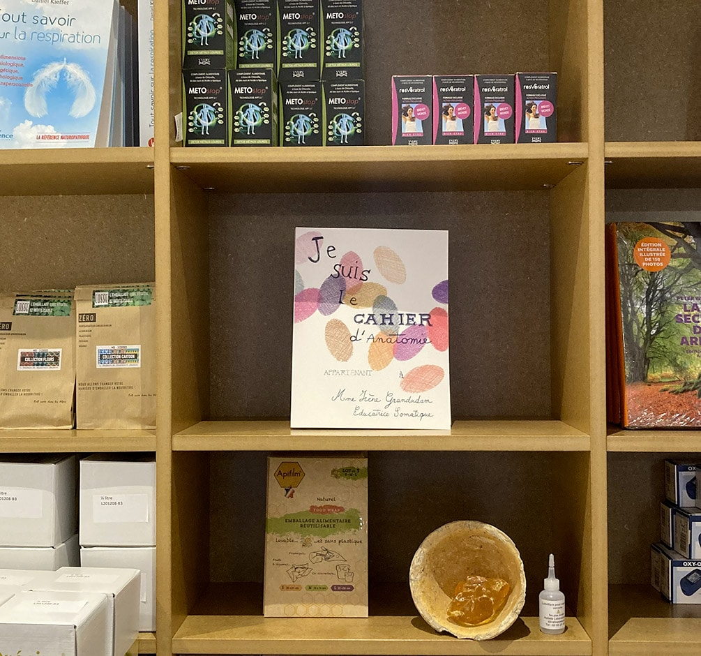 """Le livre """"Je suis le cahier d'anatomie…"""" sur les étagères de la boutique HOLISTE à Paris"""