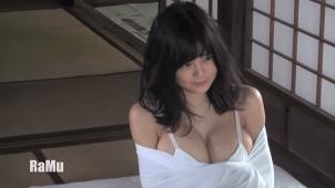 "【RaMu】Hカップ22 とびっきりの""パイスラッシュ""を披露!&服を脱いじゃうよ!"