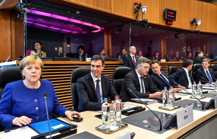 Μέρκελ και Σάντσεθ στο τραπέζι της Συνόδου Κορυφής -Φωτογραφία: EPA/Geert Vanden Wijngaert / POOL