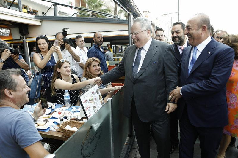 Οι δύο υπουργοί Εξωτερικών δείχνουν να το διασκεδάζουν -Φωτογραφία: ΑΠΕ-ΜΠΕ/ΓΙΑΝΝΗΣ ΚΟΛΕΣΙΔΗΣ