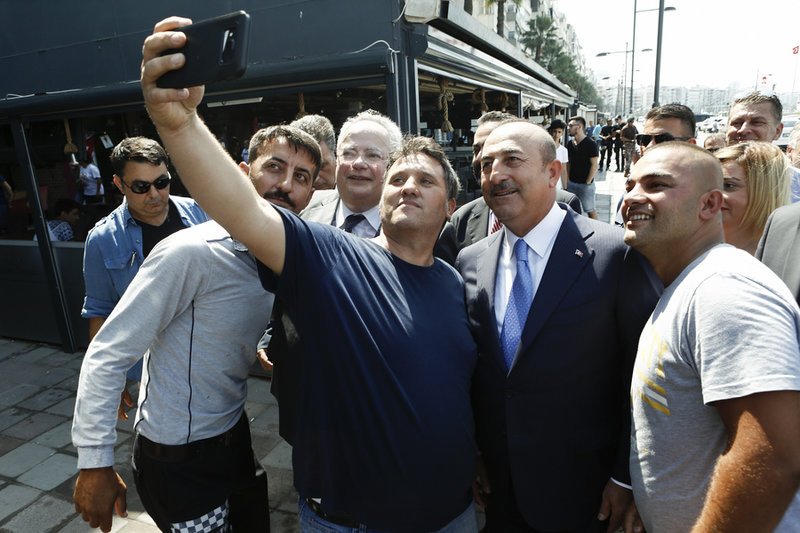 Και σέλφις πολιτών με τους δύο υπουργούς Εξωτερικών -Φωτογραφία: ΑΠΕ-ΜΠΕ/ΓΙΑΝΝΗΣ ΚΟΛΕΣΙΔΗΣ