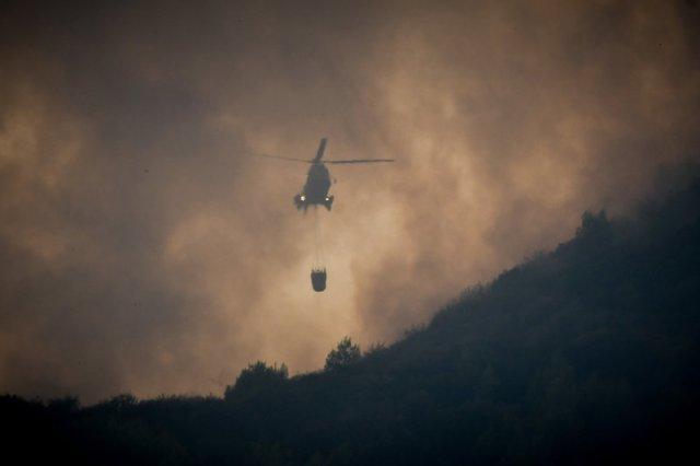 Μάχη με τις δύο εστίες φωτιάς στην Ηλεία δίνουν τα ελικόπτερα