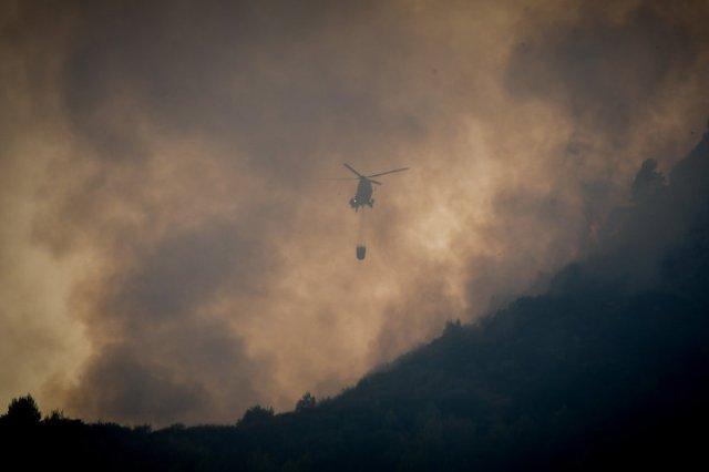 Στην φωτιά της Δαφνιώτισσας επιχειρεί ένα ελικόπτερο, ενώ τρία, επιχειρούν στην πυρκαγιά στην Ανάληψη