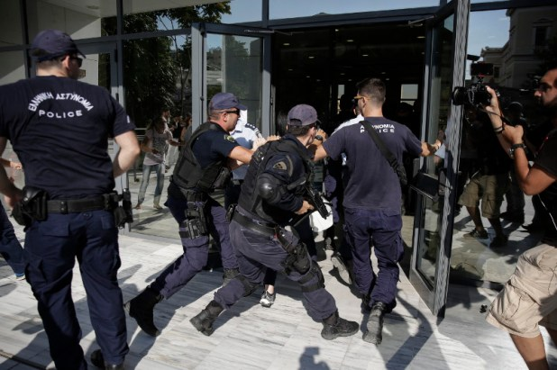 Με κατάρες υποδέχθηκαν τον κατηγορούμενο Σοροπίδη οι συγγενείς της Δώρας- φωτογραφία eurokinissi