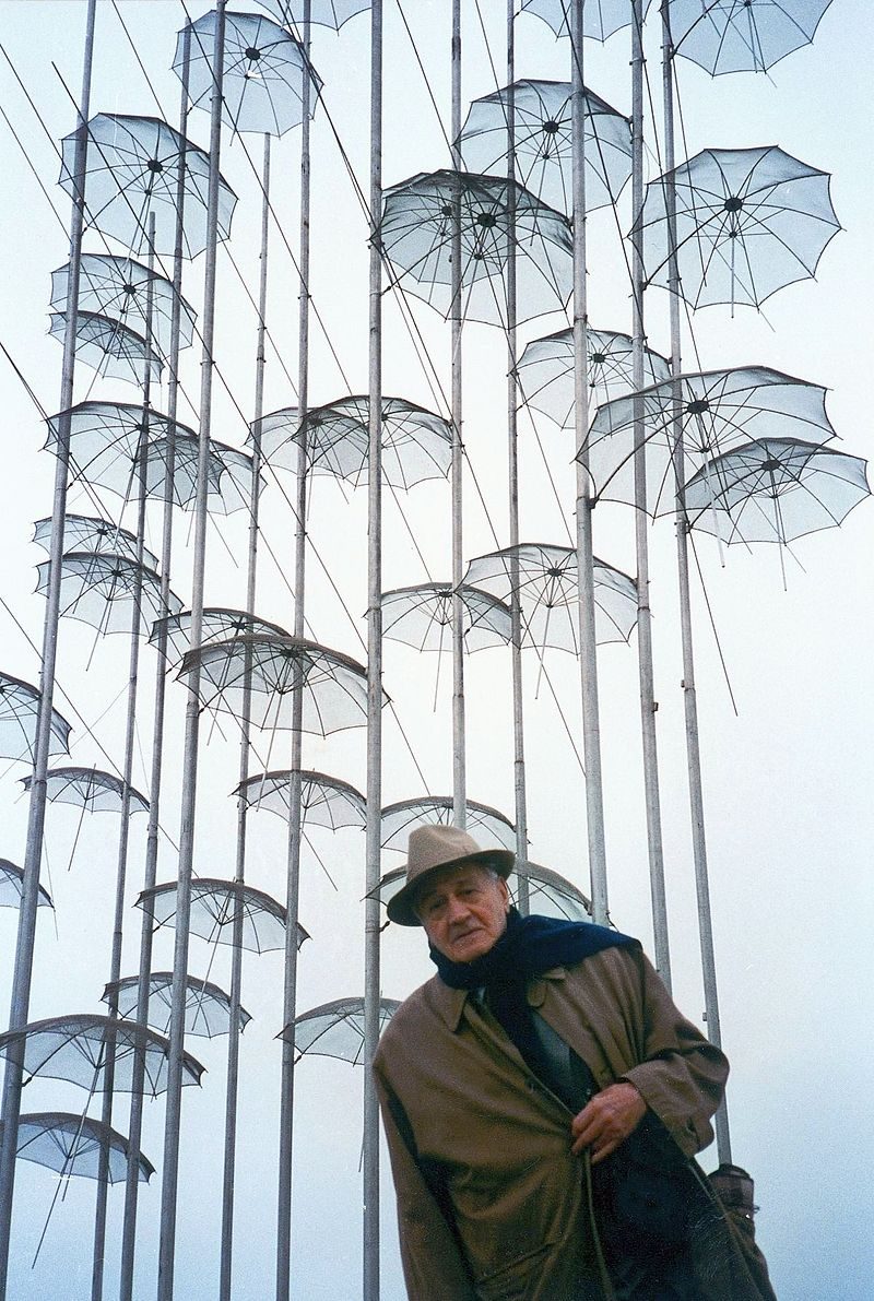 Ο Γ. Ζογγολόπουλος μπροστά στο γλυπτό του, Ομπρέλες, το 1997 στη Θεσσαλονίκη, φωτογραφία: wikipedia
