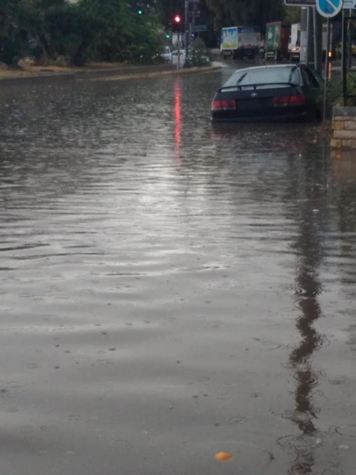 Χείμαρροι οι δρόμοι στην Αθήνα λόγω καταιγίδας -Παρασύρθηκαν ΙΧ στο Κερατσίνι