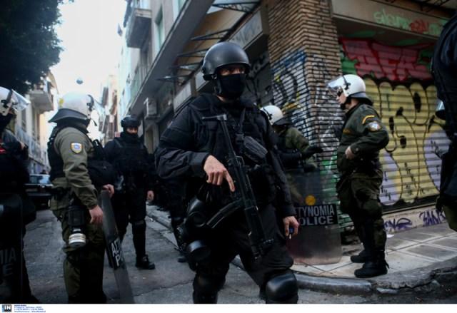Αστυνομικοί με όπλα στα Εξάρχεια