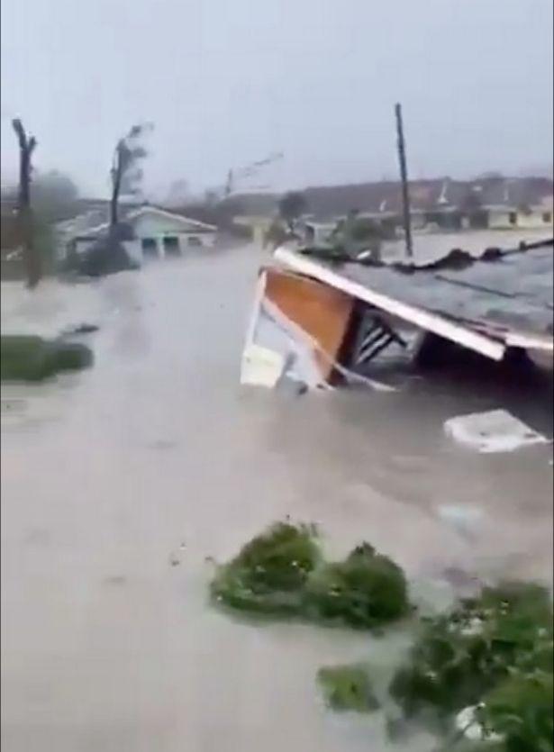Σπίτια πλημμύρισαν καθώς ο Dorian σάρωνε τις Μπαχάμες.
