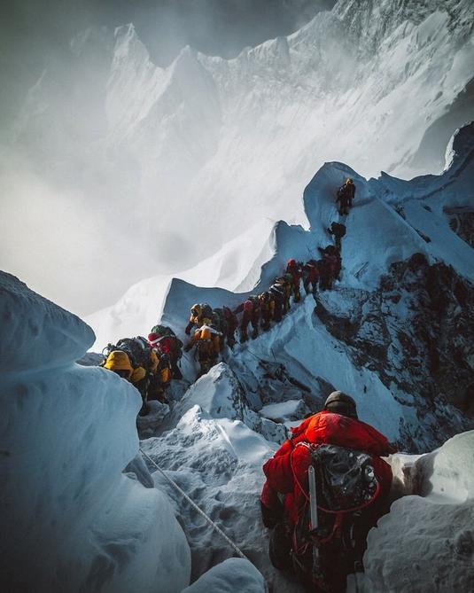 Η σπαρακτική φωτογραφία του Έλια Σαϊκάλι, με το άψυχο πτώμα να κρέμεται από το σκοινί δίπλα στους ουρές των ορειβατών