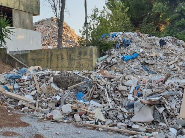 Τα στερεά απόβλητα που πετούσαν στην Λεωφόρο Σχιστού στο Χαϊδάρι