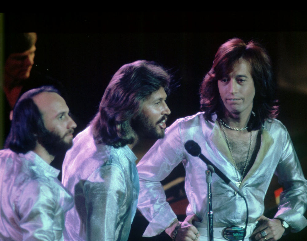 Οι αδερφοί Γκιμπ στη σκηνή με τα γκλαμ κοστούμια τους την περίοδο της παντοκρατορίας των Bee Gees