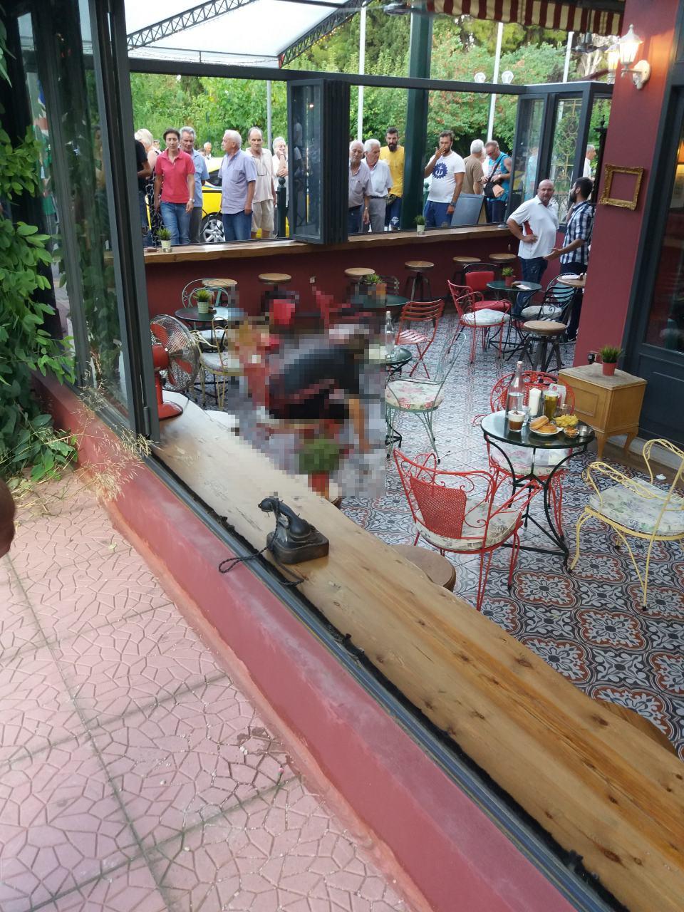 Το θύμα μέσα στην καφετέρια στο Περιστέρι