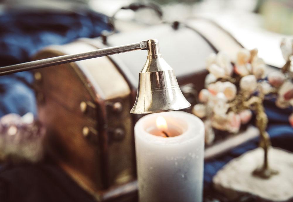 Ένας κηροσβέστης πάνω από κερί που καίει