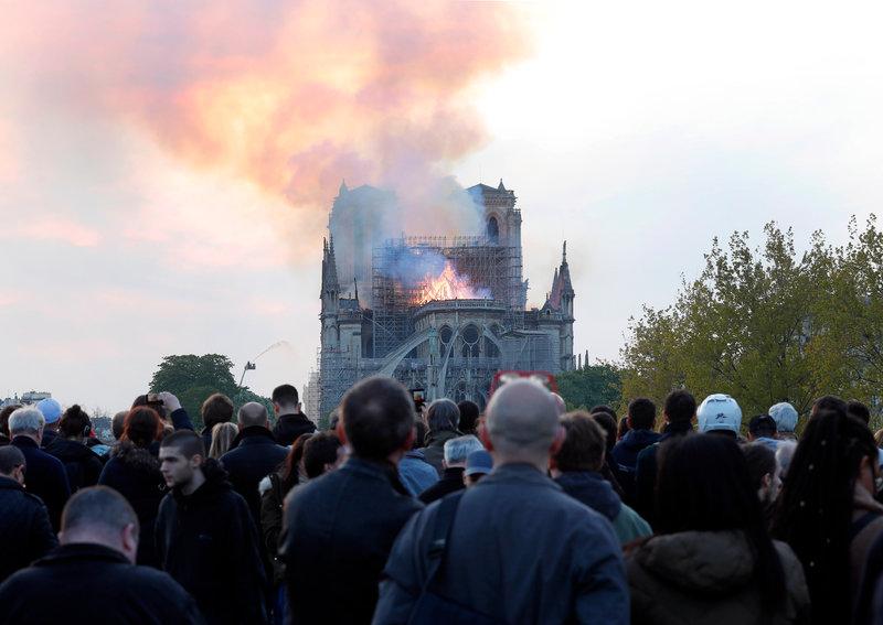 Παριζιάνοι σε σοκ βλέπουν την πυρκαγιά να κατακαίει την Νοτρ Νταμ -Φωτογραφία: AP