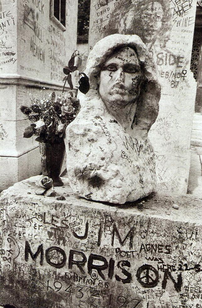 Φωτογραφία του «παλαιού» τάφου, με την χαμένη προτομή του Τζιμ Μόρισον