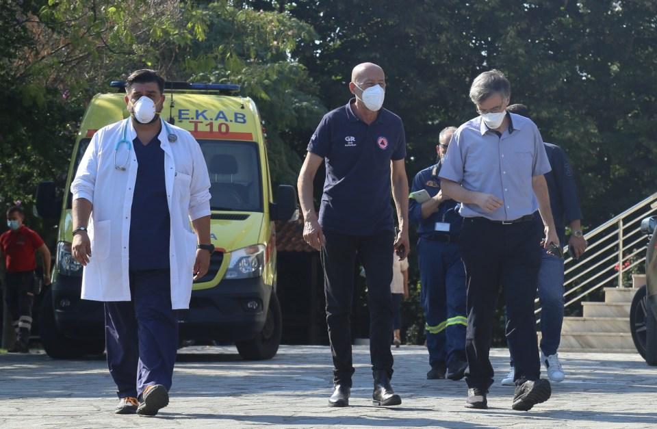 O Τσιόδρας φτάνει σε οίκο ευγηρίας στη Θεσσαλονίκη μαζί με τον γ.γ. Πολιτικής Προστασίας και γιατρό