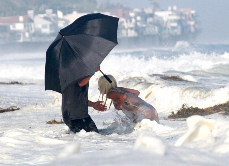 Χείρα βοηθείας την ώρα που παλεύει με τα κύματα