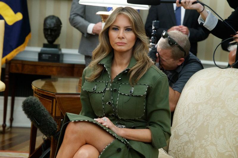 Μελάνια Τραμπ: «Όλα τα λεφτά» με στρατιωτικό σακάκι στην υποδοχή του προεδρικού ζεύγους της Αργεντινής! (Εικόνες)