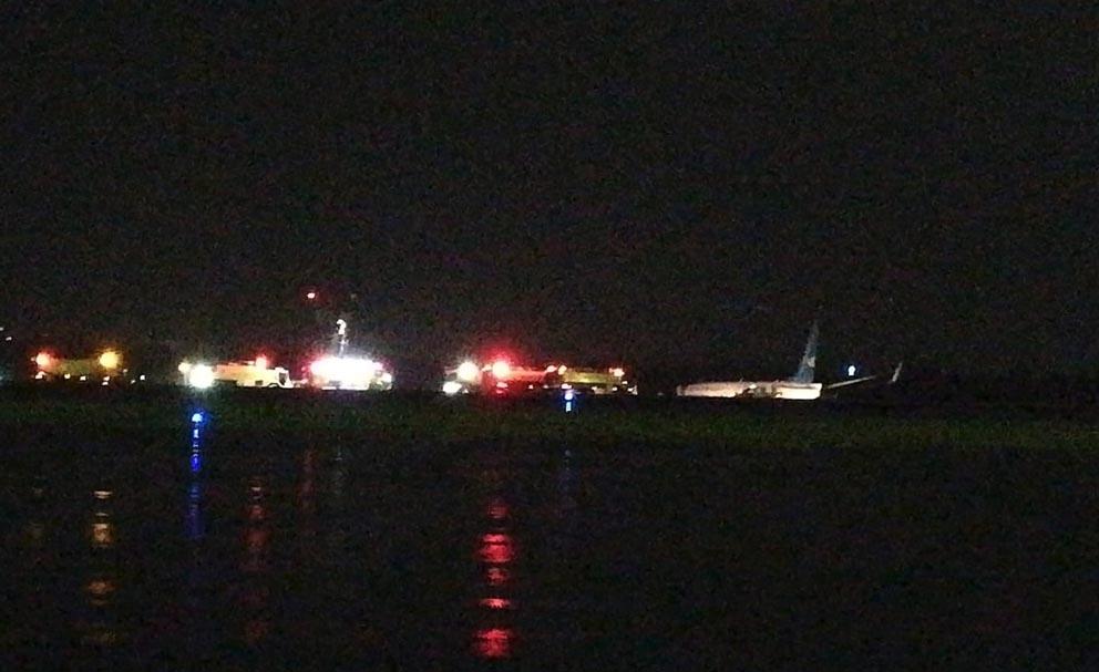 Η αριστερή μηχανή έχει αποκολληθεί από το φτερό του αεροσκάφους
