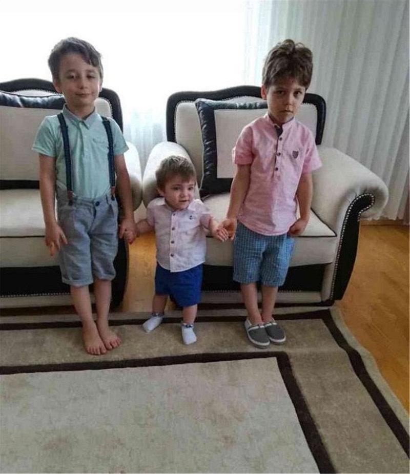 Τα τρία παιδιά σε στιγμές ευτυχίας -Το μικρότερο, μόλις ενός έτους, στη μέση, εντοπίστηκε νεκρό