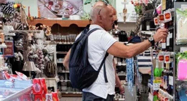 Ο Γ. Παπανδρέου σε κατάστημα με παραδοσιακά προϊόντα της Σκιάθου -Φωτογραφία: Νίκος Χατζηγιοβανάκης