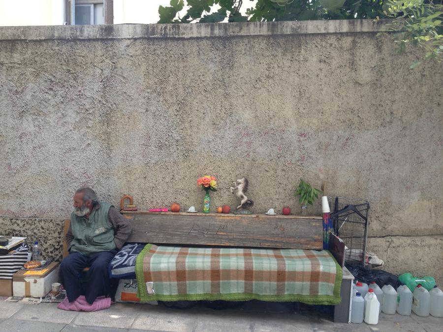 Αποτέλεσμα εικόνας για λουλούδι δίπλα σε άστεγο