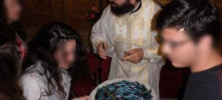 Παπάς αγιάζει στυλό για τις Πανελλήνιες και η εικόνα γίνεται viral