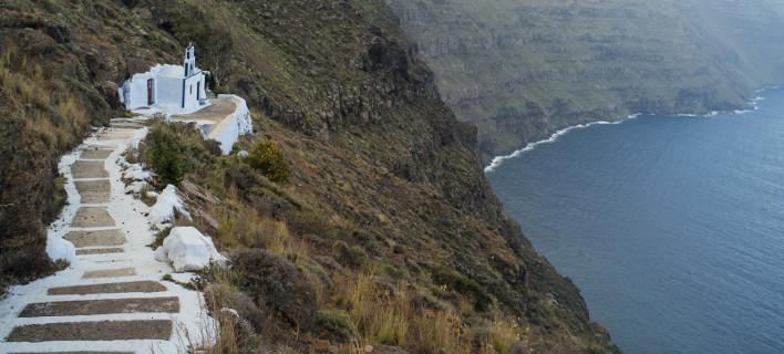 Η άλλη όψη της Σαντορίνης: Πίσω από την Καλντέρα, το νησί μοιάζει με... Αγρια Δύση [εικόνες]
