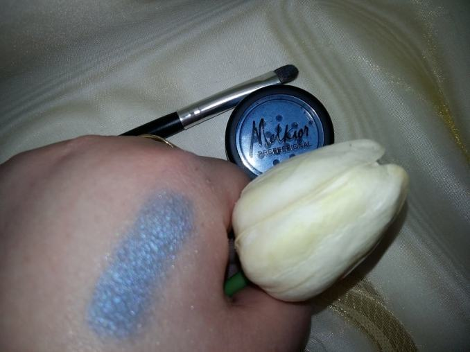 swatch pearl dust glowing blue melkior eyeshadow
