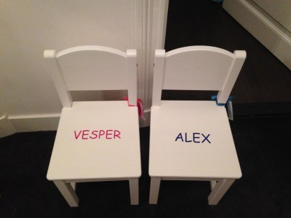 stoeltje met naam Vesoer en Alex
