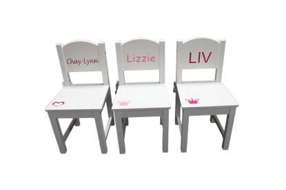 stoeltjes met namen Chay-Lynn Lizzie en Liv