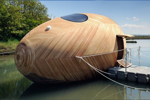 Read more about the article Floating Wooden Sustainable Egg Pod Is Home To Artist Stephen Turner For A Year.