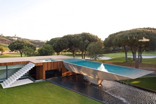 Read more about the article This Portugal Villa Has One Of The Wildest Pools You'll Ever See.