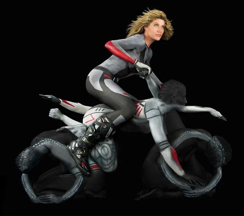 Ljudski motocikli, narejeni z barvo za telo, golo žensko in malo drugega - če bok, to-9189