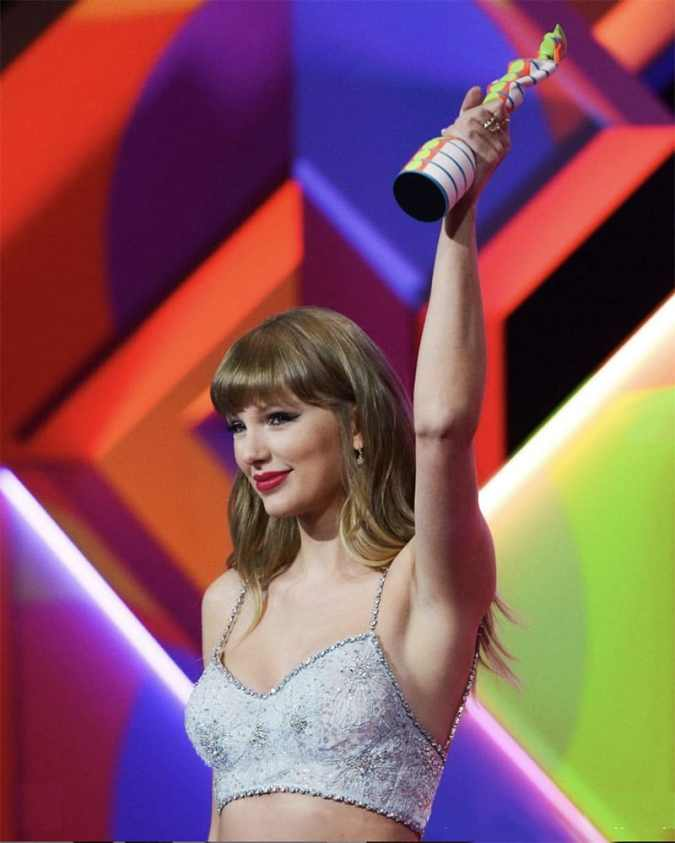 taylor swift 2021 brit awards with trophy