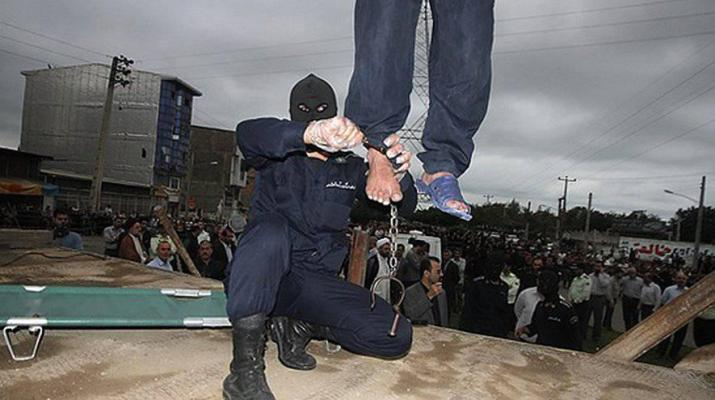 ifmat - In Iran Prison Authorities chaines an inmate to a light pole in the winter