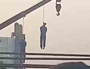 ifmat - Iran publicly hangs two brothers