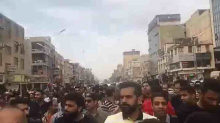 ifmat - Iranians chant death to the government as thousands take part in massive protests