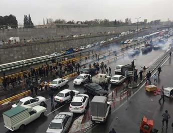 ifmat - Iranian security forces confront demonstrators as protests return