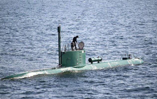 ifmat - Iran fires torpedoes from homemade submarine for 1st time