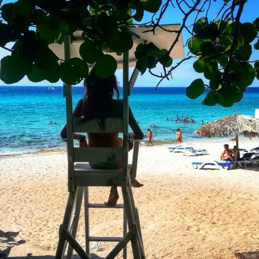 Seduta nella spiaggia di varadero