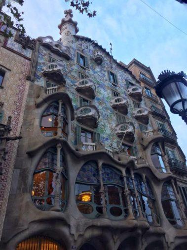 La facciata di Casa Battló nella magica Barcellona