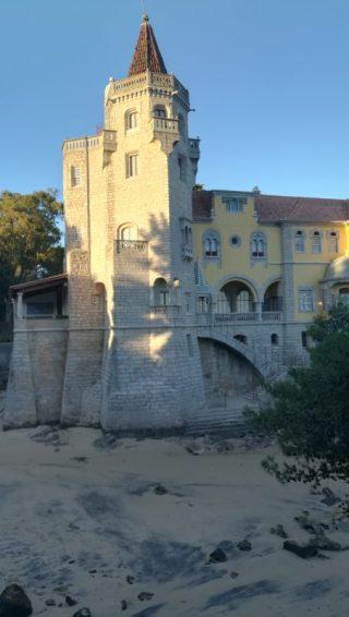 Il museo Condes de Castro Guimarães sulla sabbia a Cascais