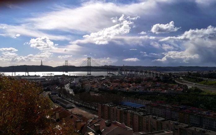 Vista ponte e fiume al Cimitero dos Prazeres di Lisbona