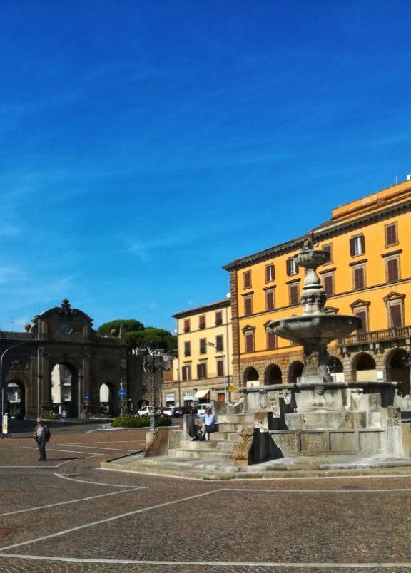 Piazza della Rocca di Viterbo per una giornata