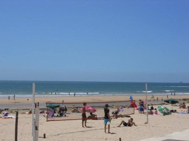 Giocare a Pallavolo nella spiaggia di Carcavelos