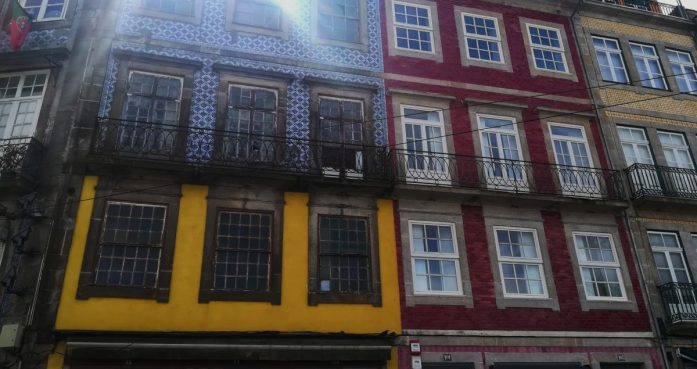 È più bella Lisbona o Porto? facciate a Porto