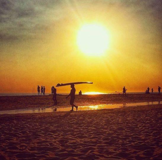 La spiaggia di Carcavelos tra tramonto e surf